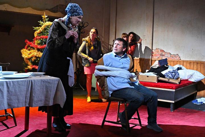 Hét nő és egy férfi az Újszínház színpadán