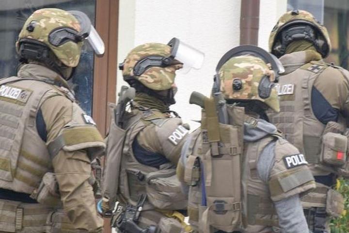 Alaptalanul hurcolhatták meg a német rendőröket