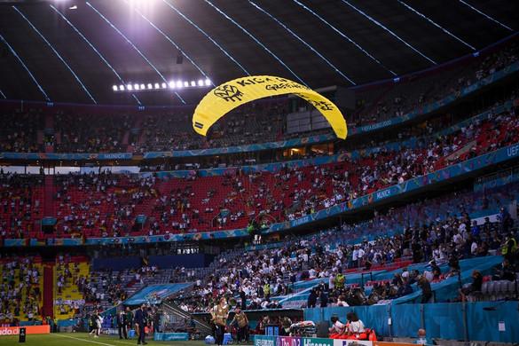 Kis híján tragédiát okozott egy Greenpeace-aktivista a müncheni stadionnál