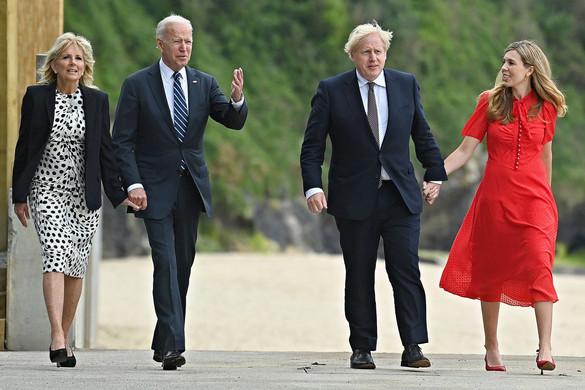 Kettős nyomás nehezedik Boris Johnsonra