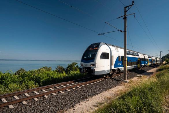 Emeletes motorvonat közlekedik a Balatonnál