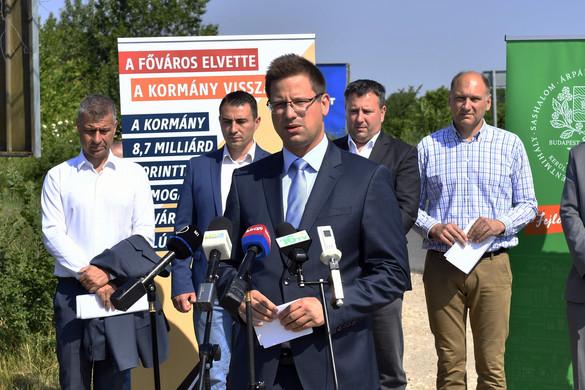 Gulyás Gergely: A kormány 8,7 milliárd forintot biztosít a fővárosi utak felújítására