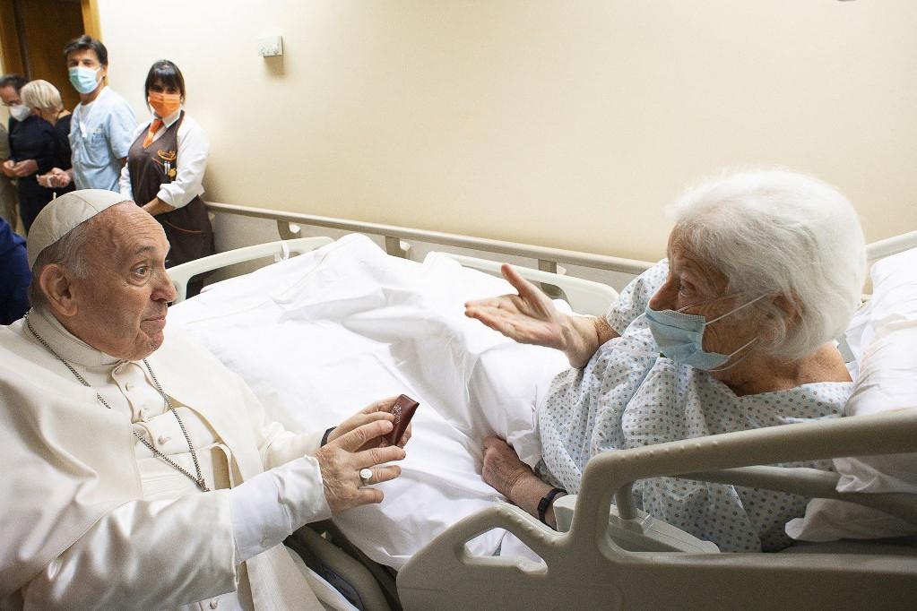 A Szentatya a kórház más betegeivel is találkozott
