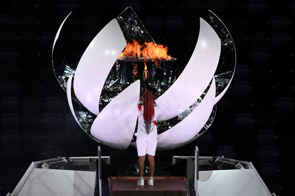 Oszaka Naomi meggyújtja az olimpiai lángot