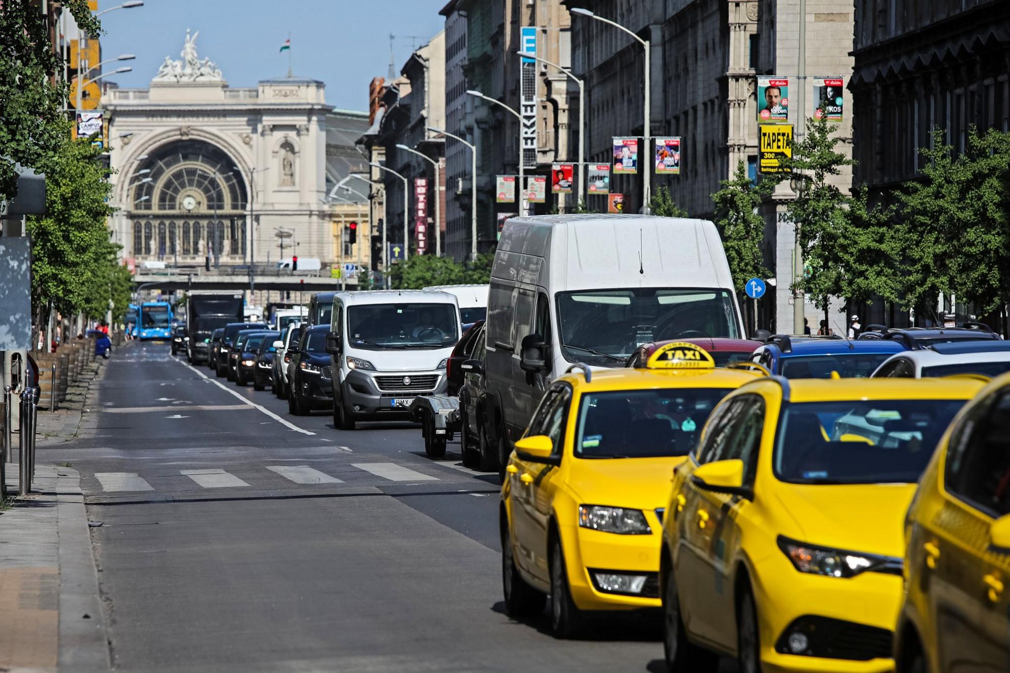 Hétköznapi zűrzavar. A fővárosban továbbra is elviselhetetlen a forgalmi káosz, a rosszul szervezett felújítási munkálatok miatt a hétvégén is lehetetlen volt közlekedni