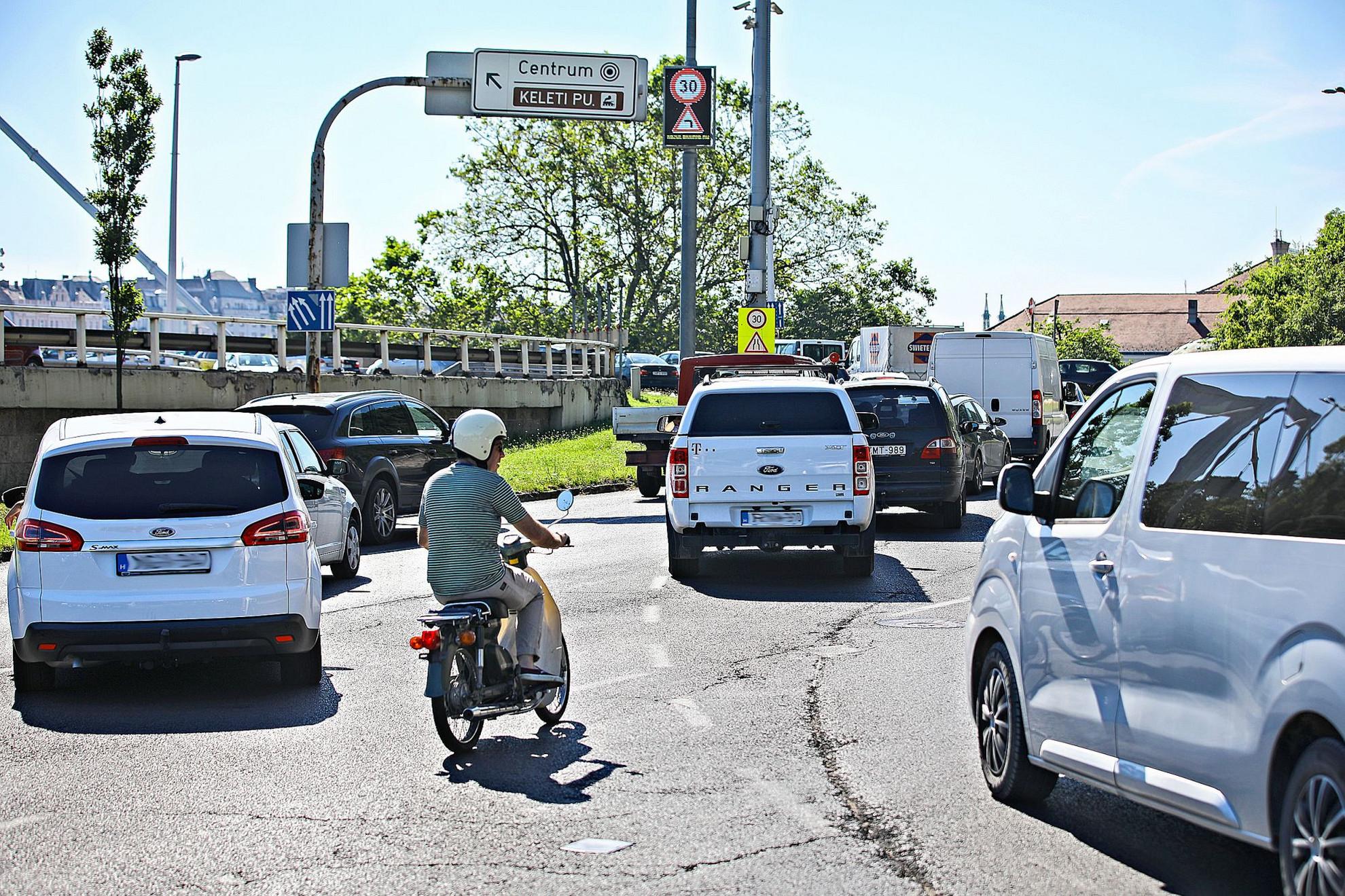 Az átgondolatlanul, egyszerre elindított budapesti fejlesztések mellett a szabálytalanul közlekedő autósok szintén növelik a forgalmi dugókat a fővárosban. A közlekedési káosz csökkentése érdekében Budapest vezetése kérhetné a Budapesti Rendőr-főkapitányságtól a forgalom irányításának elősegítését. Ennek kapcsán ismételten megkérdeztük a fővárosi önkormányzatot, hogy fordultak-e ilyen kéréssel a budapesti rendőrséghez, ám választ lapzártánkig sem kaptunk a hivataltól. Mindebből úgy tűnik, hogy a jelenlegi városvezetés kísérletet sem tesz a gondok megoldására, helyette Karácsony Gergely inkább vidéken kampányol. (SNZs)