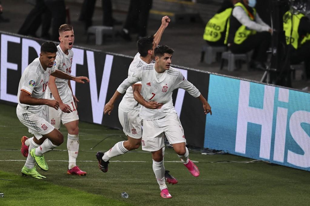A gólszerző Álvaro Moratát (elöl, 7-es mezben) ünneplik a csapattársak a spanyolok egyenlítő találata után