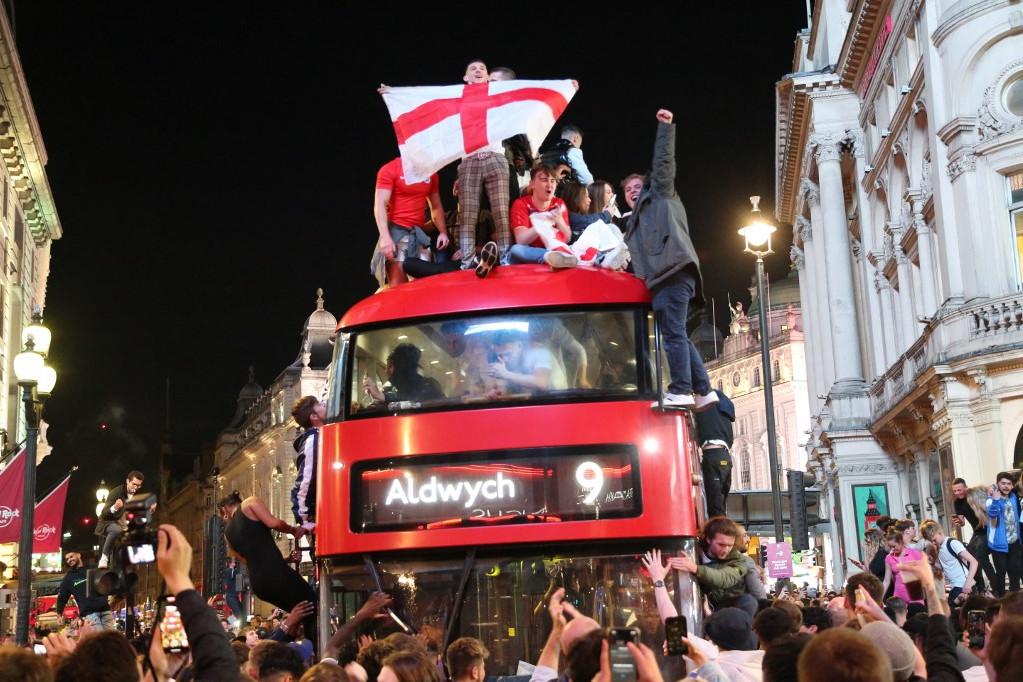 Londonban megállították a forgalmat a drukkerek, miután Anglia bejutott a döntőbe