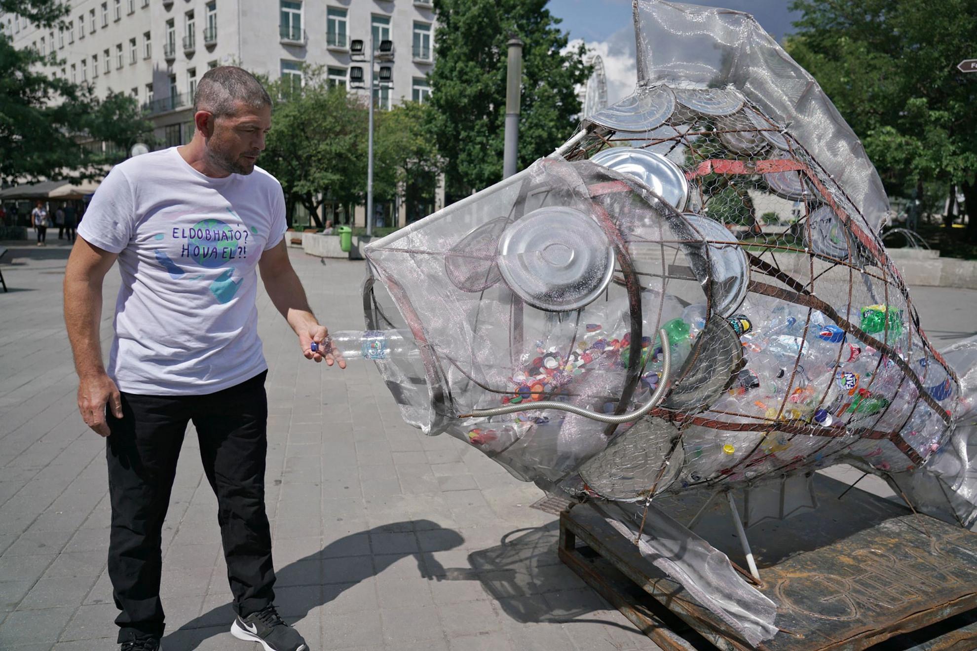 Sok helyen különféle akciókkal buzdítanak a szelektív hulladékgyűjtésre is
