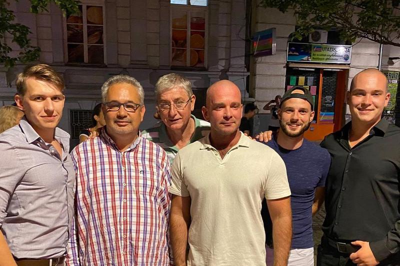 A baloldali politikus az általa közreadott fényképen Mustó Géza Zoltán, a városrész alpolgármestere, a DK budapesti alelnöke, három támogatója társaságában pózol, és a háttérben felbukkan Gyurcsány Ferenc pártelnök is