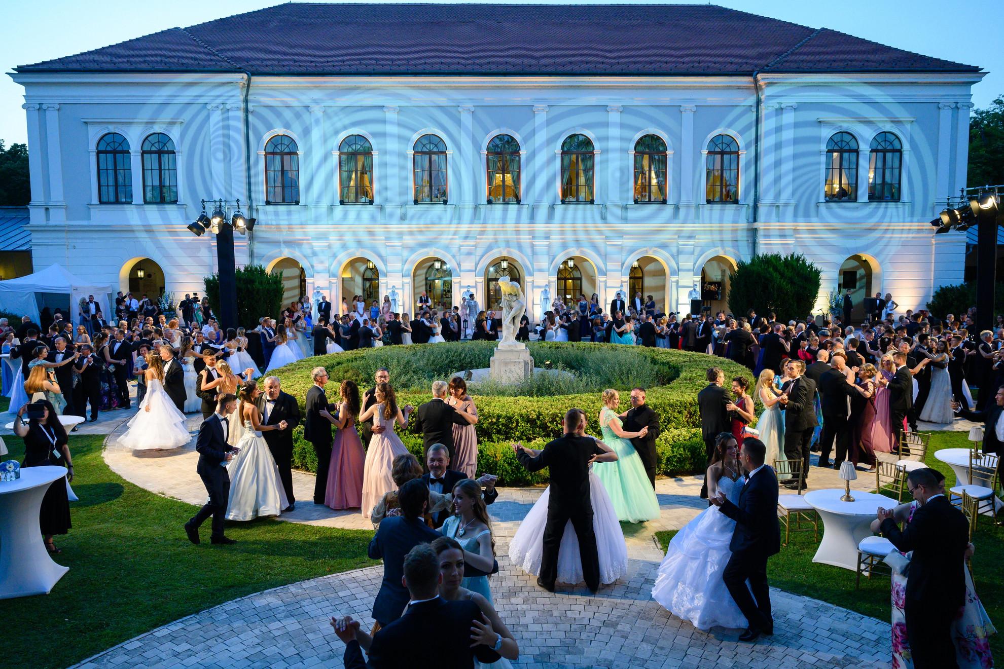 A 196. Anna-bál vendégei táncolnak a balatonfüredi Anna Grand Hotel parkjában