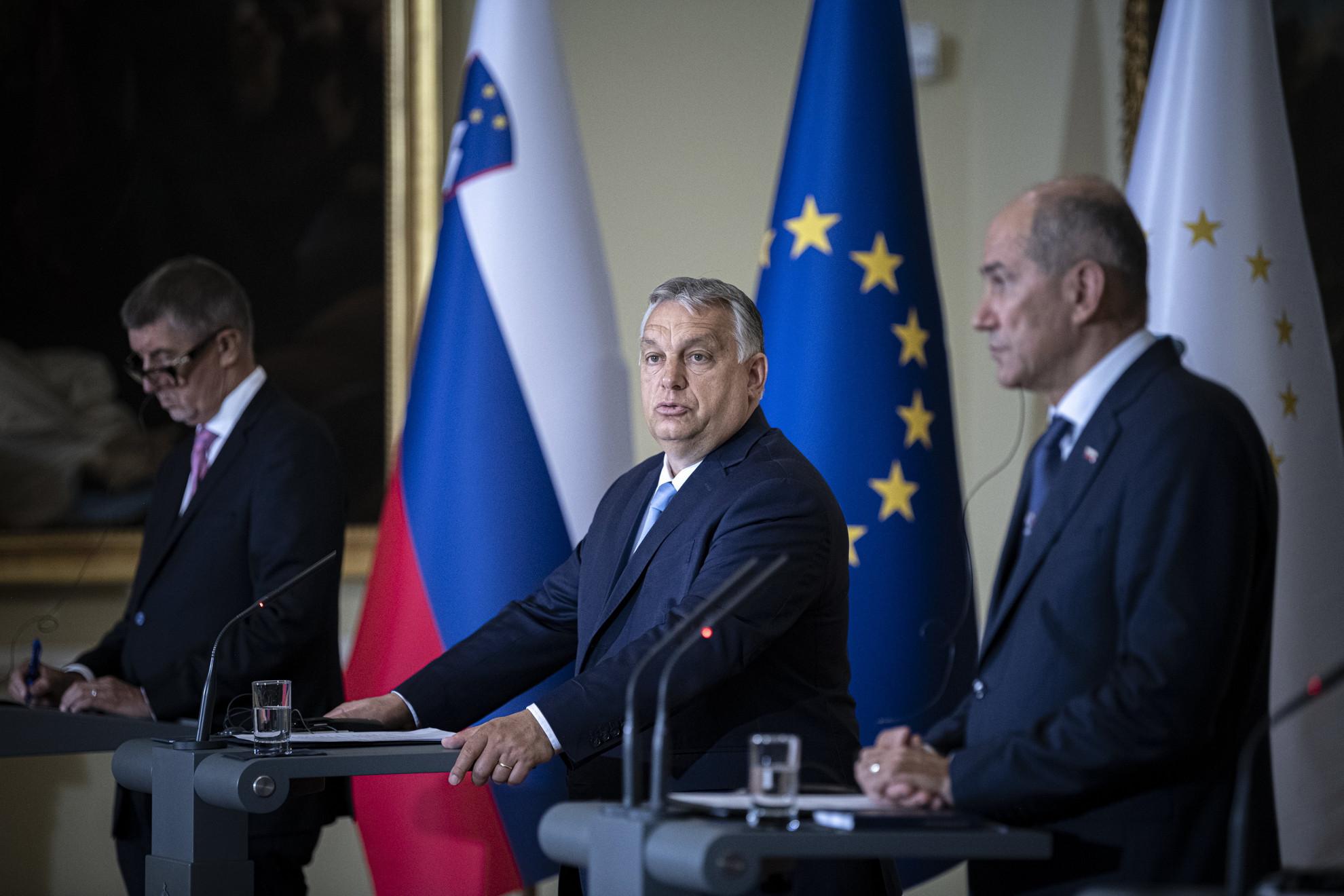Orbán Viktor magyar (k), Andrej Babis cseh (b), Janez Jansa szlovén (j) kormányfő a visegrádi csoport (V4) és a szlovén miniszterelnök csúcsértekezletén tartott sajtótájékoztatón Ljubljanában, a Nemzeti Galériában 2021. július 9-én