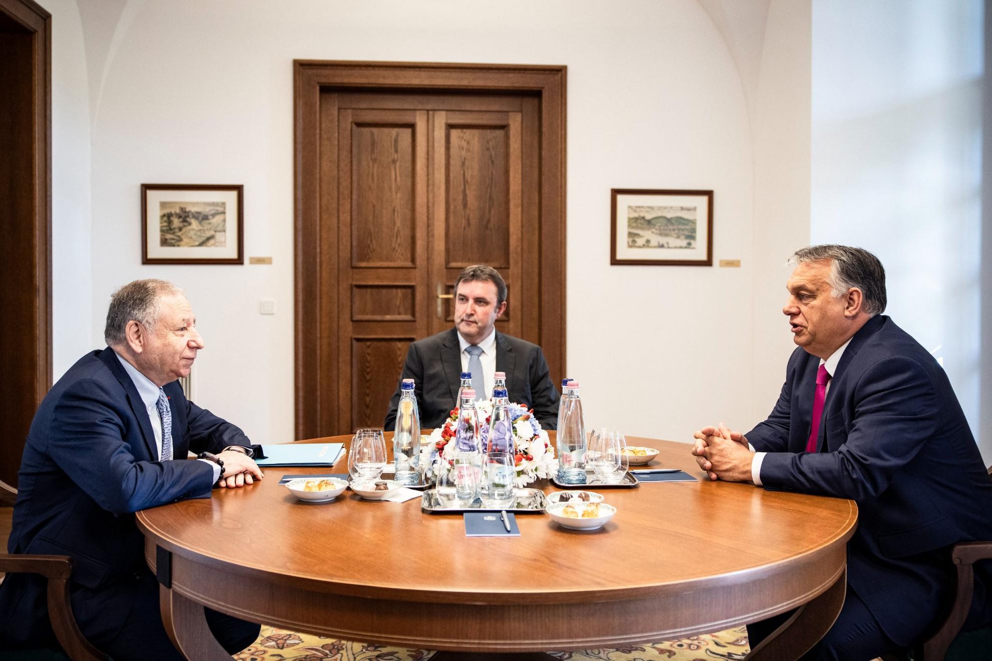 Orbán Viktor miniszterelnök (j) tárgyal Jean Todttal, a Nemzetközi Automobil Szövetség (FIA) elnökével, aki egyben az ENSZ-főtitkár közlekedésbiztonsági különmegbízottja (b) a Karmelita kolostorban 2021. július 30-án, a Formula-1 Magyar Nagydíj hétvégéje előtt. Középen Palkovics László innovációs és technológiai miniszter, az autó-motorsport fejlesztéséért és a közlekedésbiztonság kiemelt kezeléséért felelős kormánybiztos