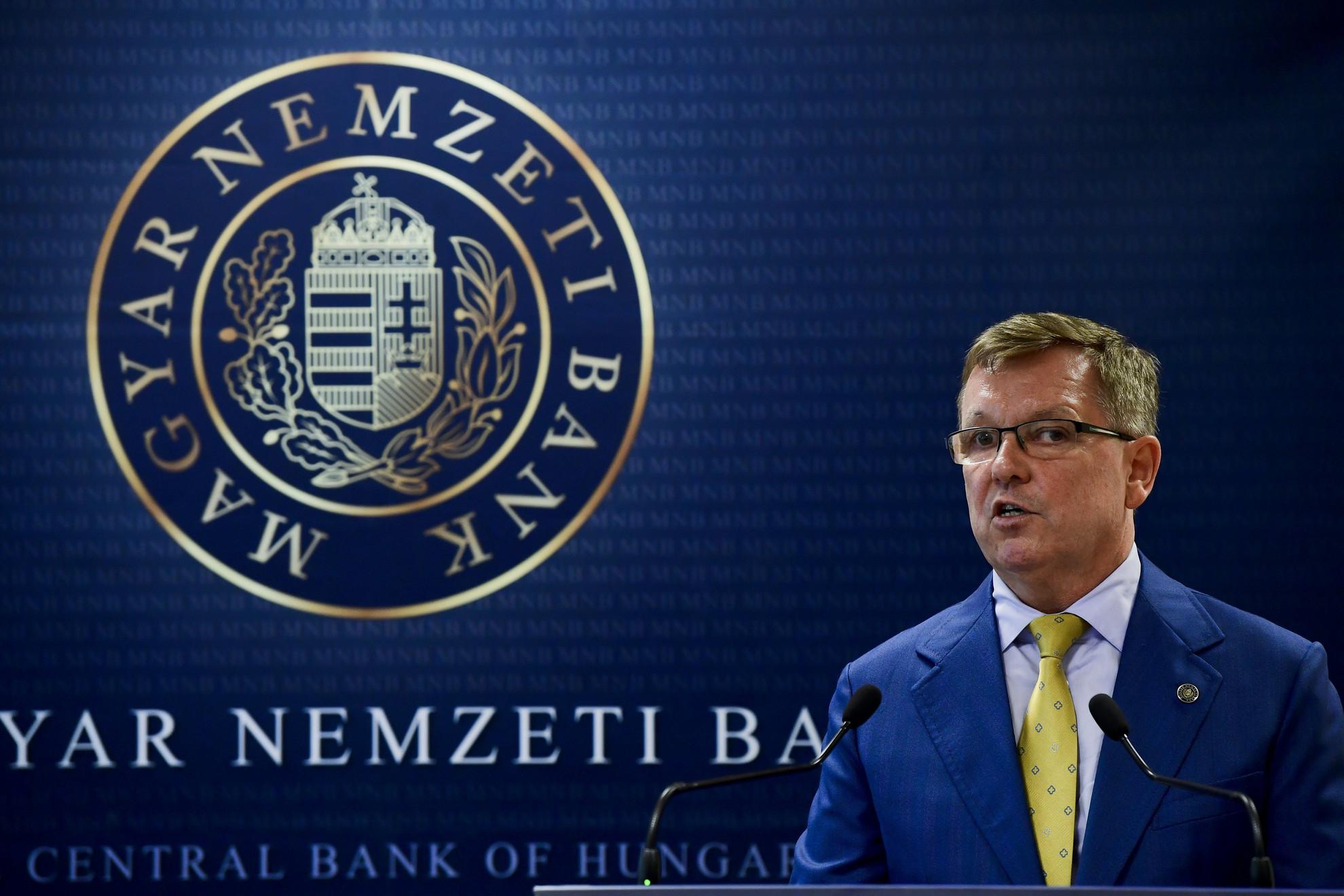 Matolcsy György, a Magyar Nemzeti Bank (MNB) elnöke sajtótájékoztatót tart Orbán Viktor miniszterelnökkel, miután a kormányfő a jegybankelnök társaságában megtekintette az MNB által őrzött aranytartalékot Budapesten, az MNB logisztika központjában