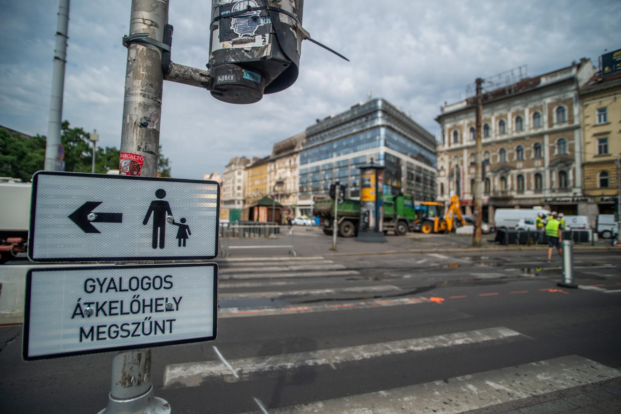 Gyalagos átkelőhely megszűnésére figyelmeztető tábla a felújítás alatt álló fővárosi Blaha Lujza térnél