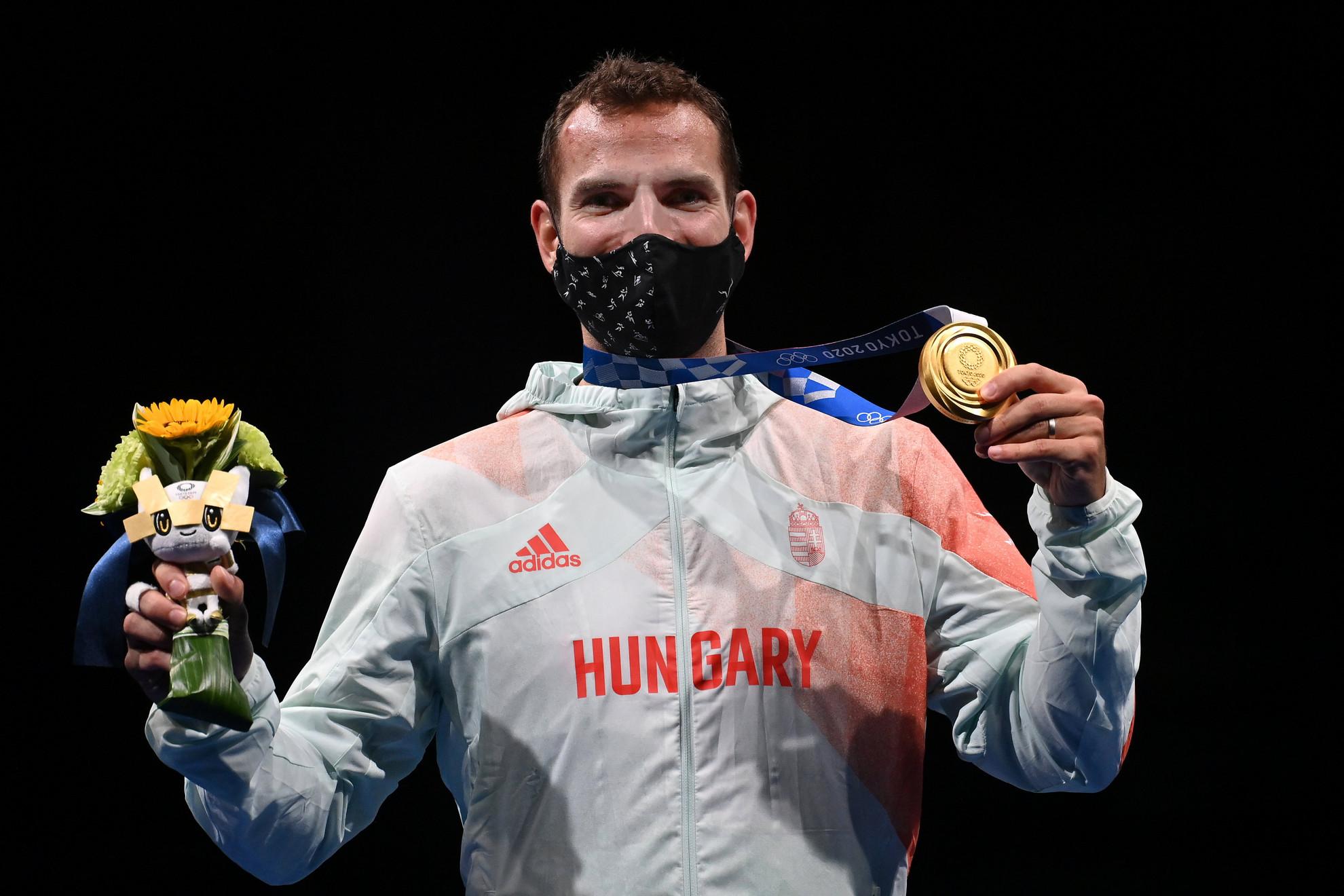 Az aranyérmes Szilágyi Áron a dobogó legfelső fokán, miután ismét megvédte olimpiai bajnoki címét a férfi kardozók egyéni versenyének döntőjében