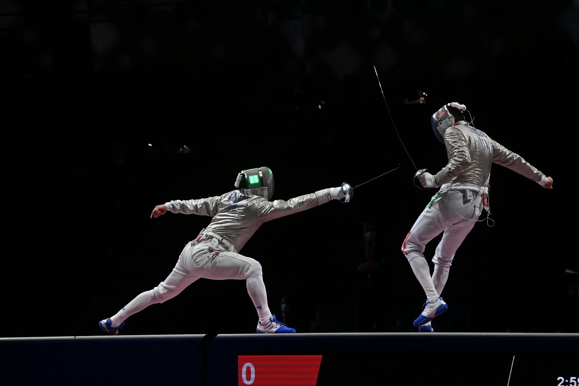 Szilágyi Áron (b) és az olasz Luigi Samele a férfi kardozók egyéni versenyének döntőjében