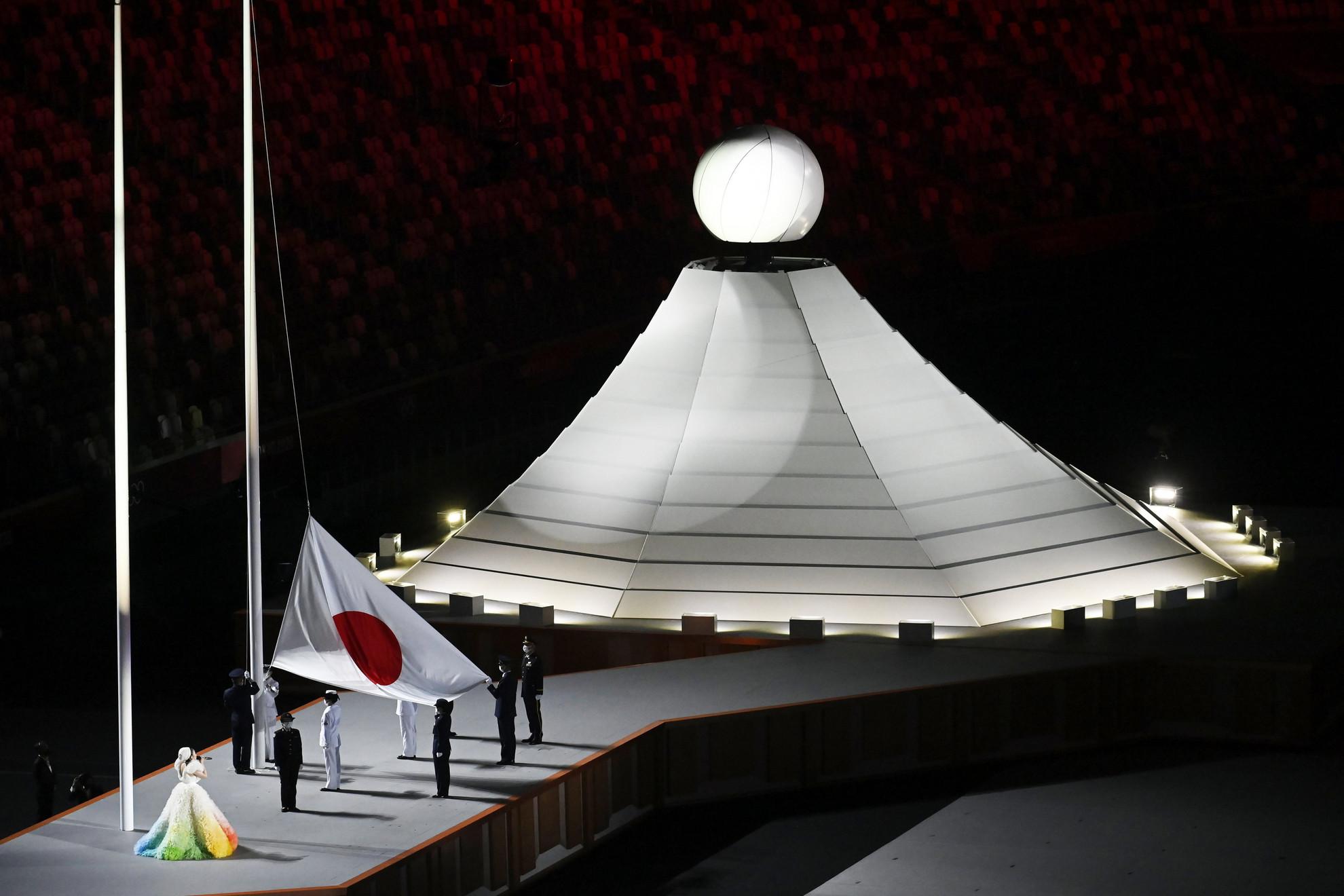 Az Olimpiai Stadionban zárt kapuk mögött sorra kerülő ünnepség