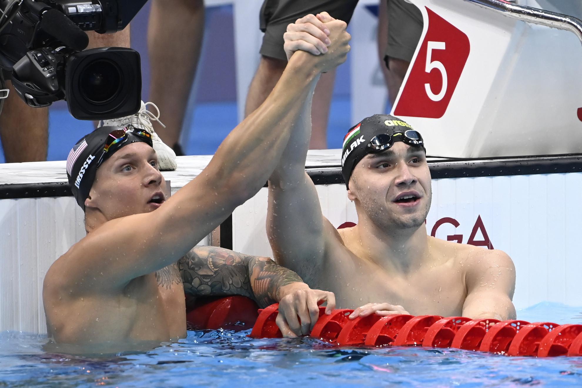 Sportszerű jelenet: a győztes Dressel (balra) és az ezüstérmes Milák együtt ünnepel