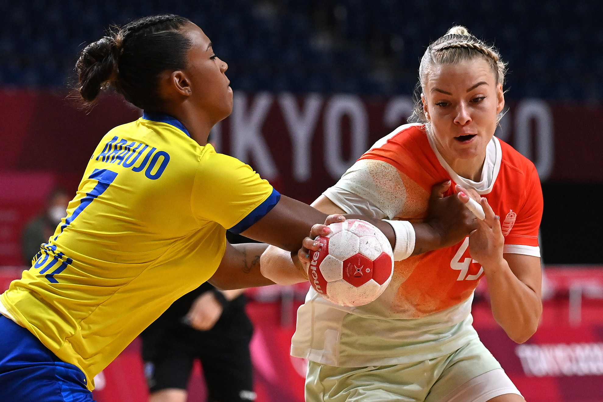 A magyar csapat újabb fájó vereséget szenvedett, a brazilok ellen Háfra Noéminek (jobbra) sem ment a játék, mindössze egy gólt tudott szerezni a fiatal irányító-átlövő