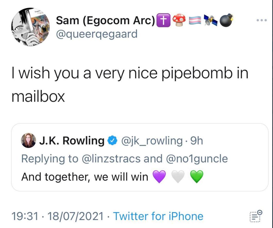 Egy nagyon szép csőbombát kívánok neked a postaládádba - olvasható azon a képernyőfotón, amely az egyik halálos fenyegetésről készült, és Rowling megosztott a közösségi oldalán