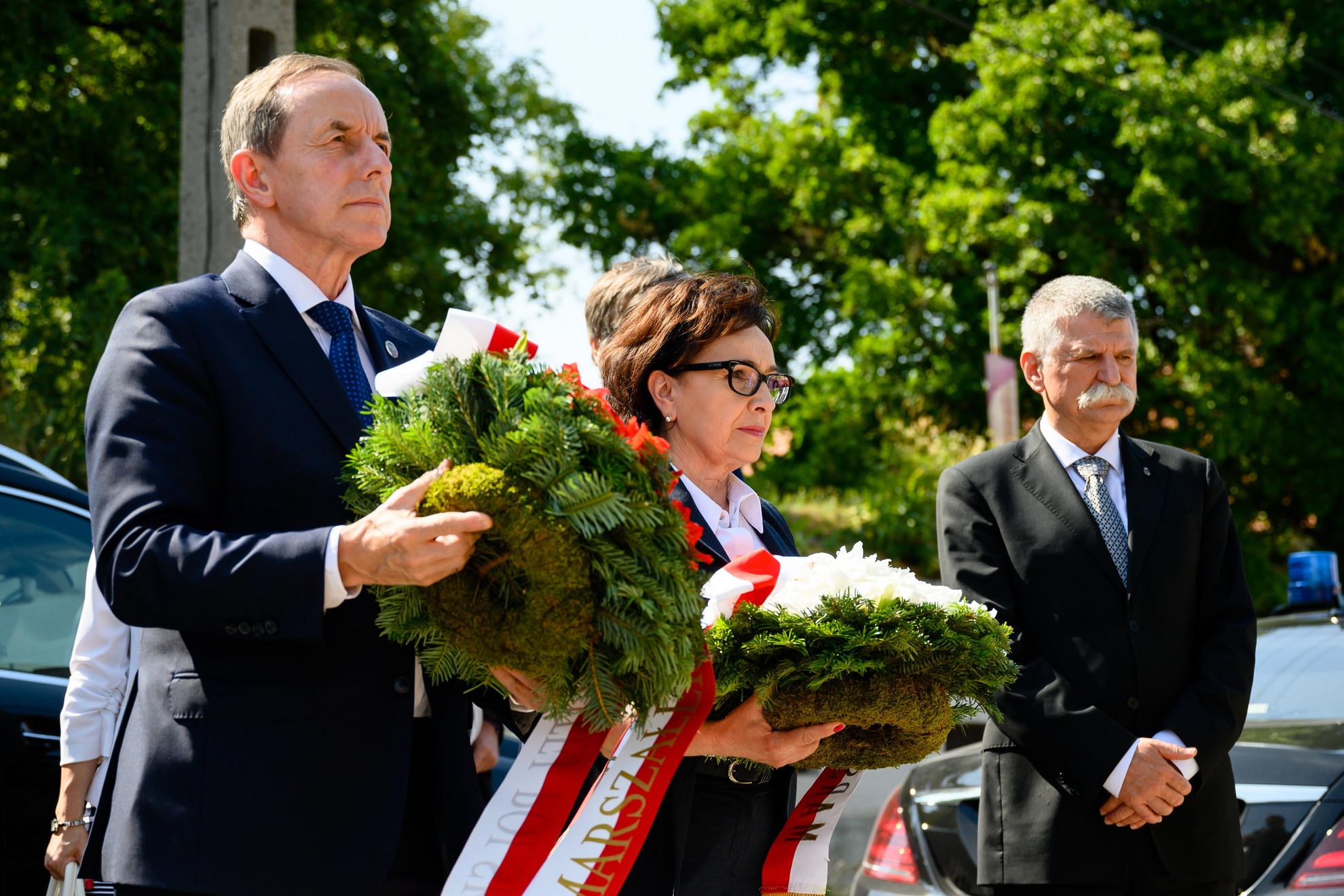 Tomasz Grodzki, a lengyel szenátus elnöke (b) és Elzbieta Witek, a lengyel Szejm elnöke (k), valamint Kövér László, az Országgyűlés elnöke (j) megkoszorúzza a II. világháborús lengyel menekültek által állított Szűz Mária-szobrot