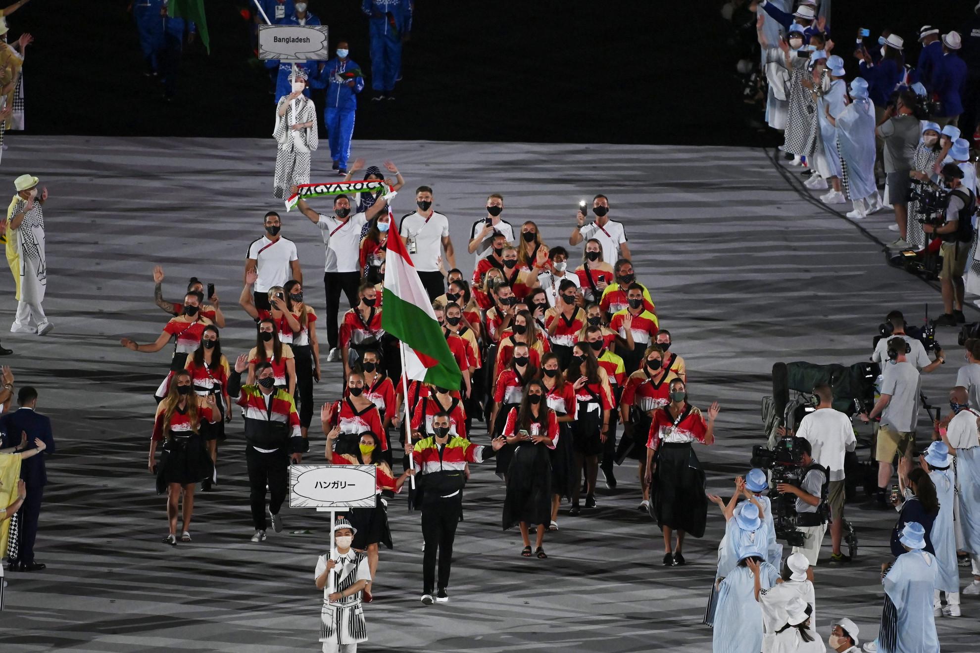 Mohamed Aida hétszeres olimpikon, világbajnoki ezüstérmes, Európa-bajnok tőrvívó és Cseh László olimpiai ezüst- és bronzérmes, világ- és Európa-bajnok úszó viszi a nemzeti zászlót a magyar csapat élén