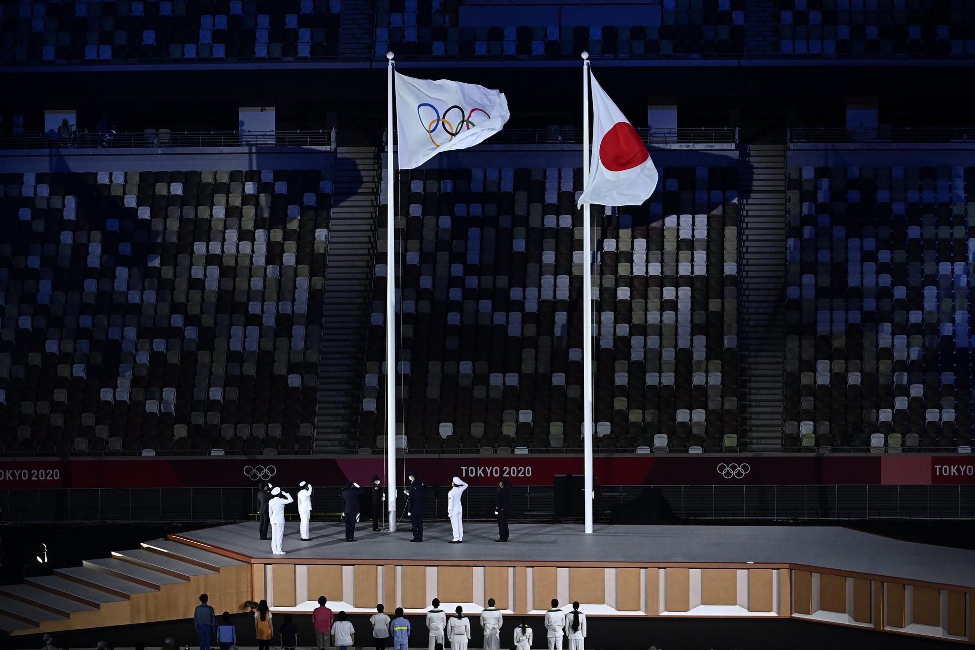 A felvont olimpiai zászló a XXXII. nyári olimpiai játékok nyitóünnepségén a tokiói Olimpiai Stadionban