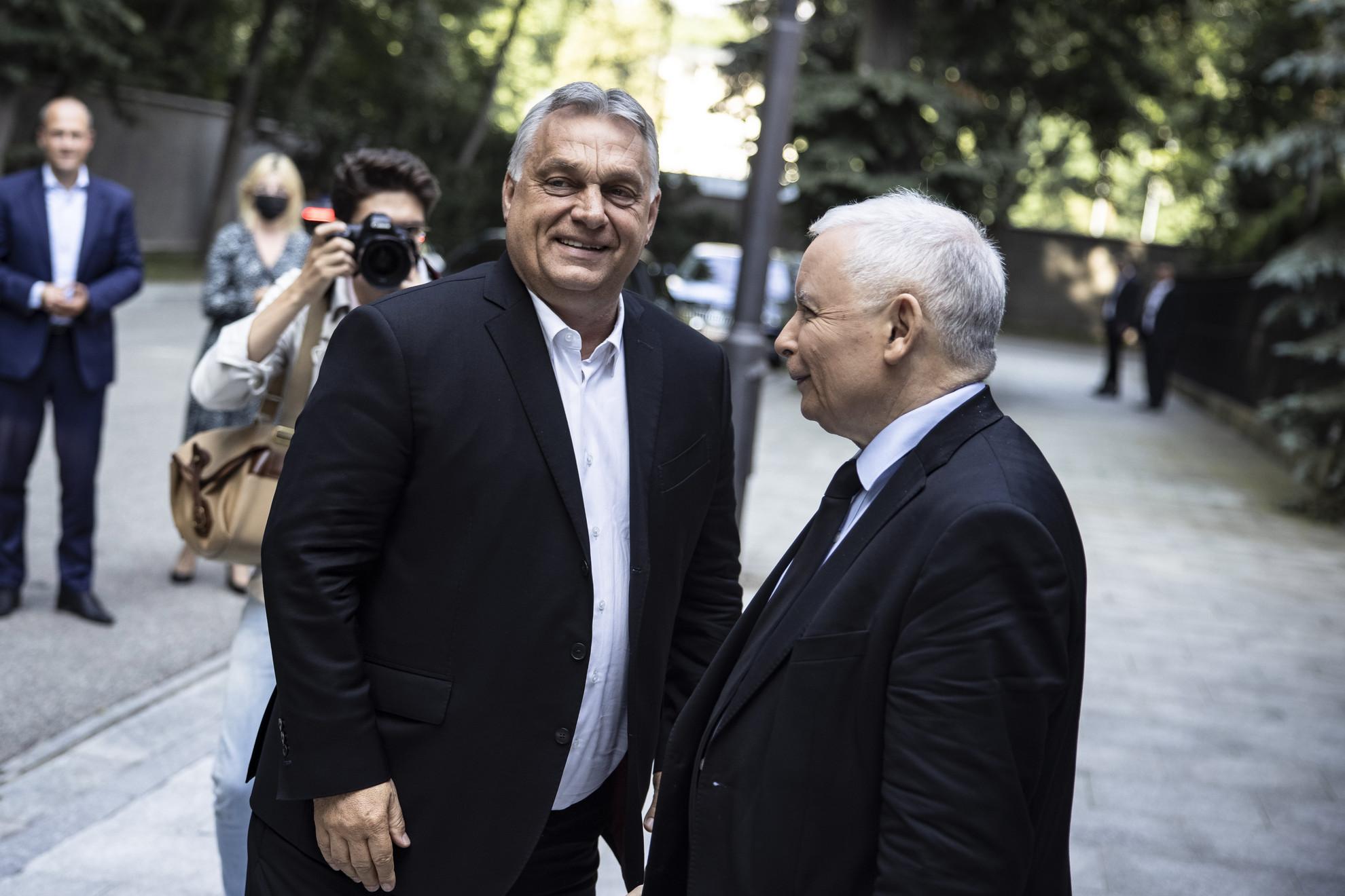 Orbán Viktor miniszterelnök, a Fidesz elnökének (b) és Jarosław Kaczynski, a lengyel Jog és Igazságosság (PiS) párt elnökének, Lengyelország miniszterelnök-helyettesének találkozója (j) Varsóban