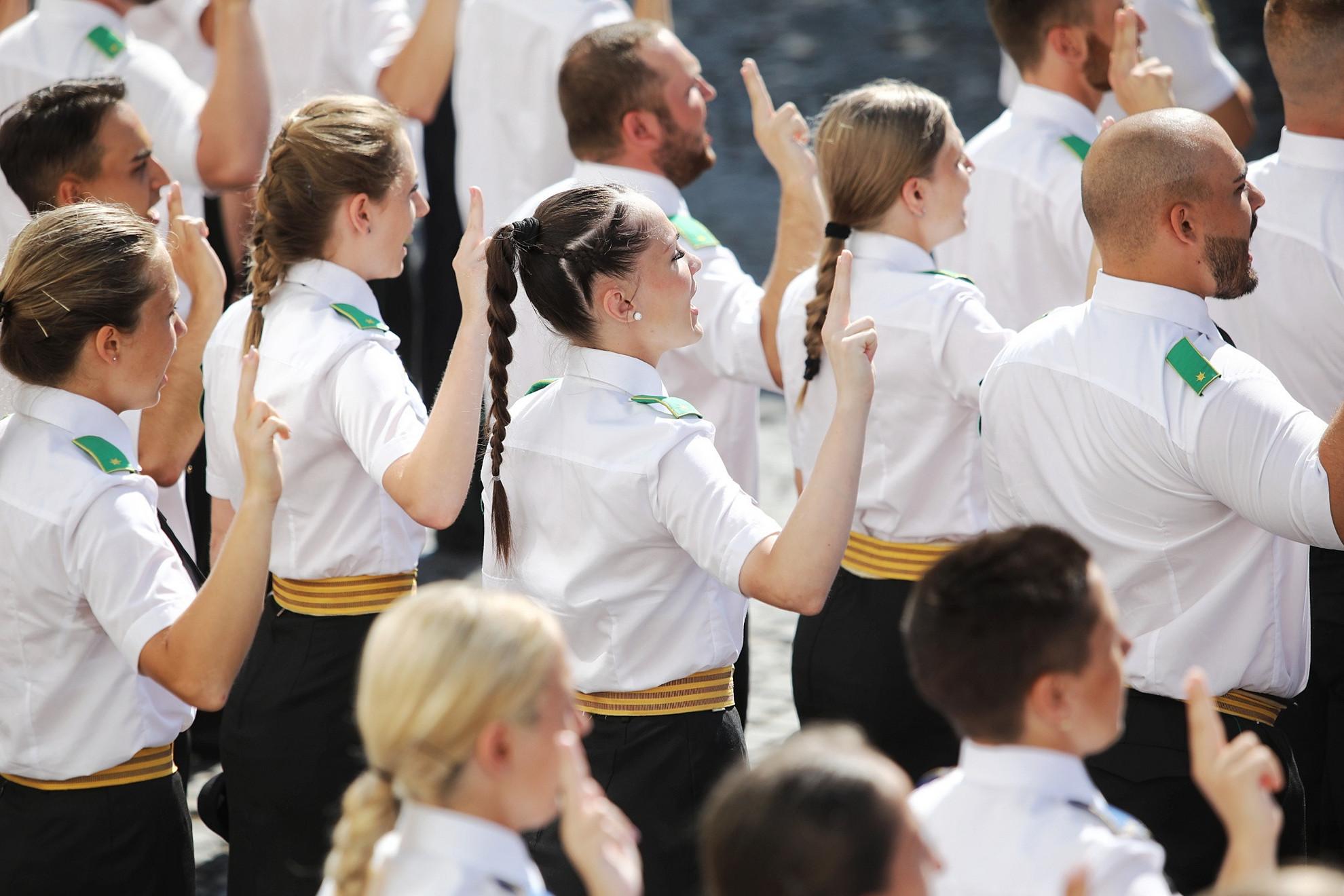 A Nemzeti Közszolgálati Egyetem rendészettudományi karának 109 hallgatója tette le a tiszti esküt ünnepélyes keretek között (kattintással lapozhatók a galéria fotói)
