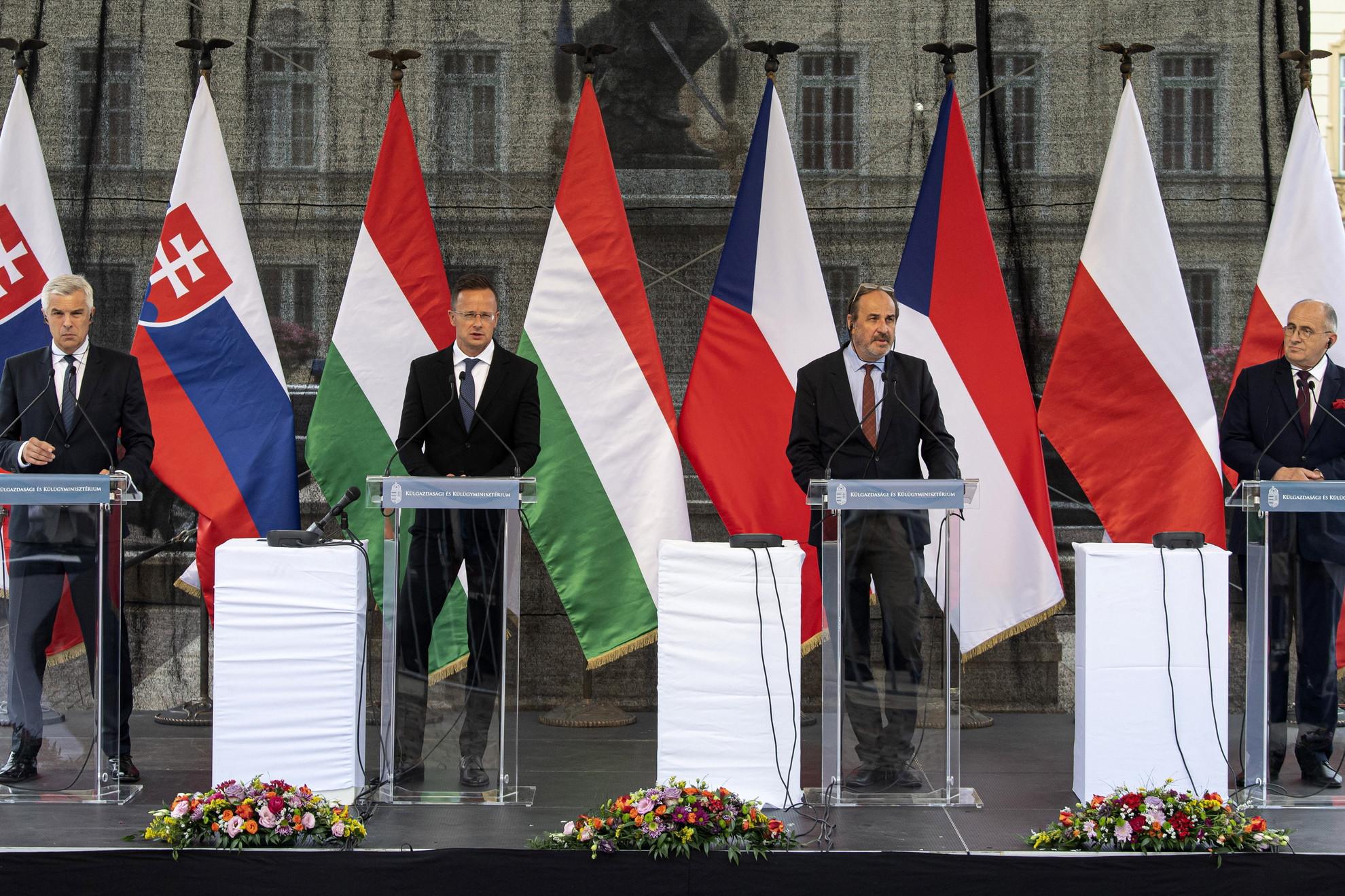 Ivan Korcok, Szlovákia kül- és Európa-ügyi minisztere, Szijjártó Péter külgazdasági és külügyminiszter, Jan Kohout, Csehország külügyminiszter-helyettese és Zbigniew Rau, Lengyelország külügyminisztere (b-j) sajtótájékoztatót tartanak a V4-ek külügyminiszteri találkozóján Komáromban 2021. július 19-én.