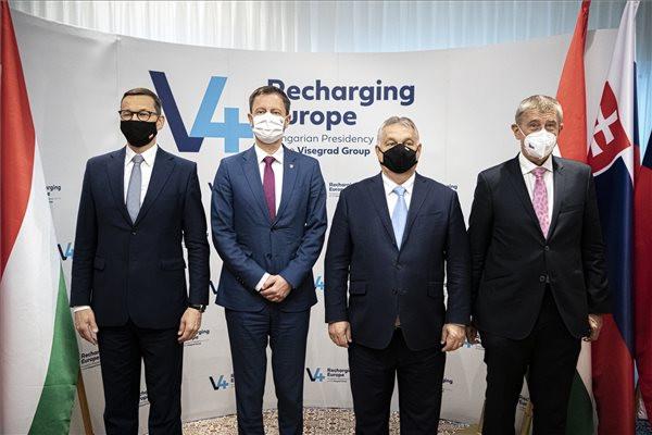 Orbán Viktor magyar (b3), Eduard Heger szlovák (b2), Mateusz Morawiecki lengyel (b) és Andrej Babis cseh miniszterelnök megbeszélésükön a visegrádi csoport (V4) miniszterelnökeinek és a szlovén kormányfő csúcsértekezlete előtt a ljubljanai magyar nagykövetségén