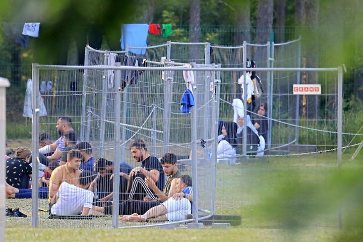 Megteltek migránsokkal a litván határőr őrsök a fehérorosz határon