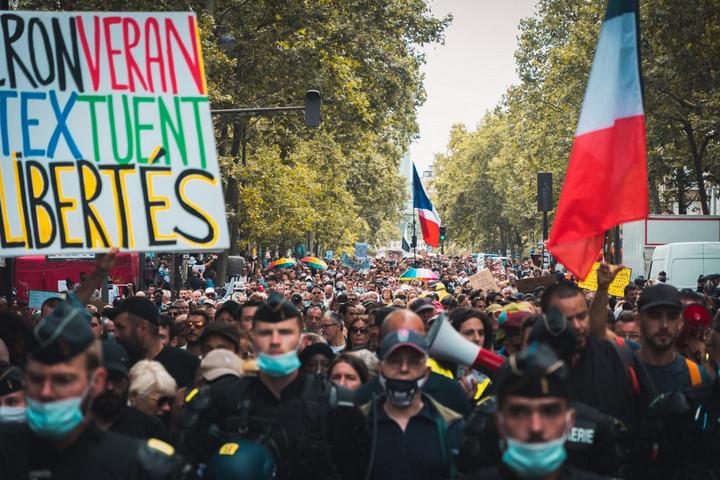 Könnygázt vetettek be a Párizsban a tüntetők ellen