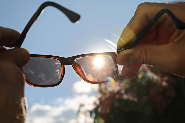 Nem csupán egyszerű divatcikk, hanem egyben védőeszköz is a napszemüveg