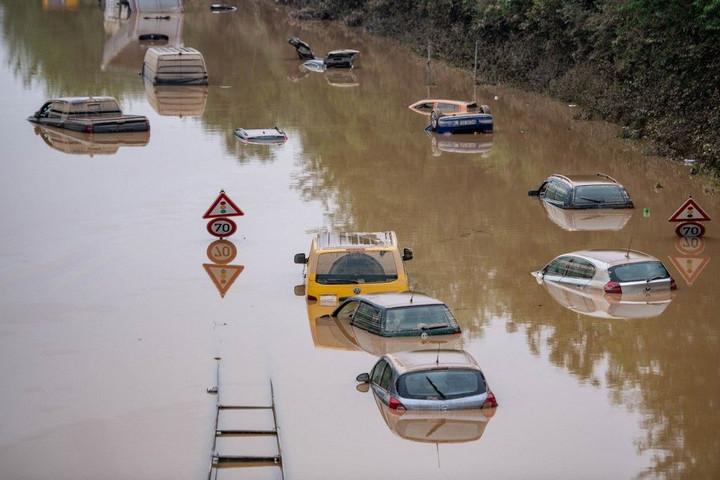 Több mint másfélszáz halottja van az áradásoknak