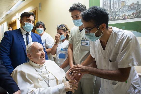 Ferenc pápa egyelőre kórházban marad