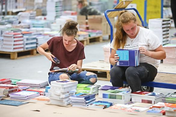 Tízezer fiatalt juttathat álláshoz a munkahelyteremtő program