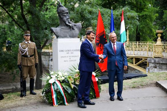 Felavatták Szkander bég albán fejedelem szobrát a Városligetben