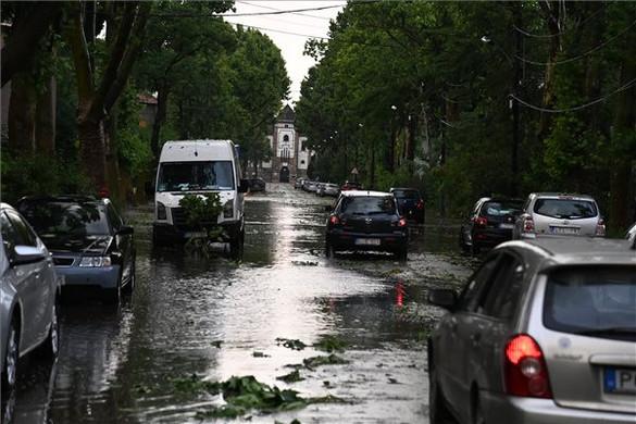 Kidőlt fák, hömpölygő esővíz okozott gondot országszerte