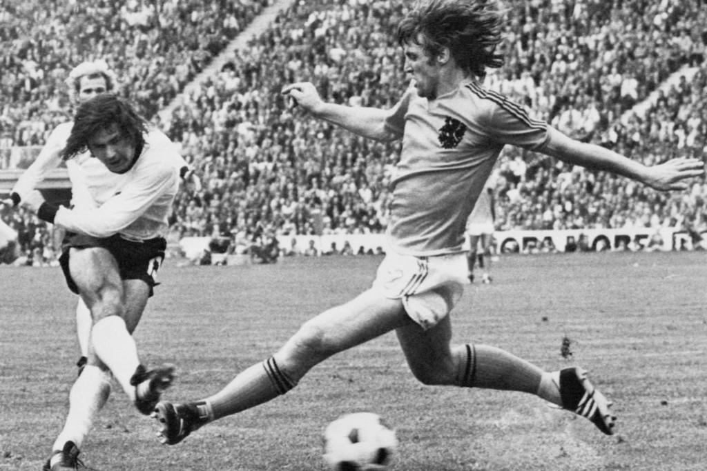 Gerd Müller lövéseit Európa-szerte rettegték a védők és a kapusok. A kép az 1974-es vb-döntőben készült, Müller bombáját Ruud Krol próbálja blokkolni, sikertelenül