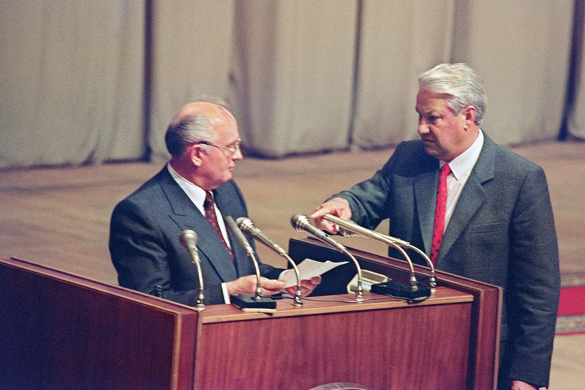 Mihail Gorbacsov pártvezető, akit meg akartak buktatni és Borisz Jelcin, az Orosz Föderáció elnöke, aki törvénytelennek minősítette a puccskísérletet