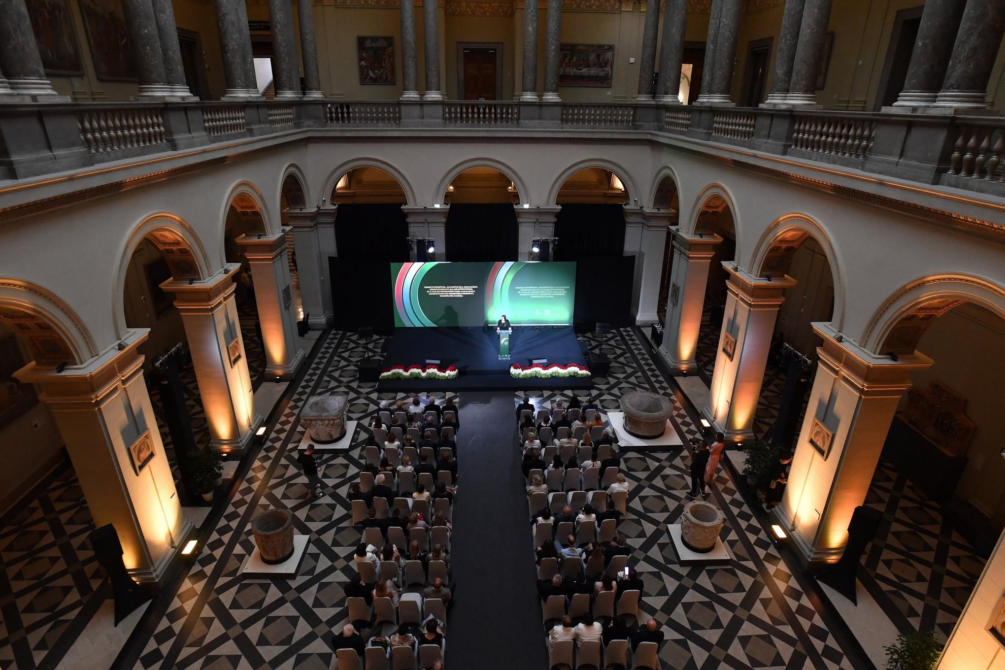 Novák Katalin családokért felelős tárca nélküli miniszter köszöntőt mond augusztus 20-a alkalmából adományozható állami kitüntetések és a család nemzetközi napja alkalmából adományozható miniszteri elismerések átadó ünnepségén a Szépművészeti Múzeum Reneszánsz termében 2021. augusztus 23-án