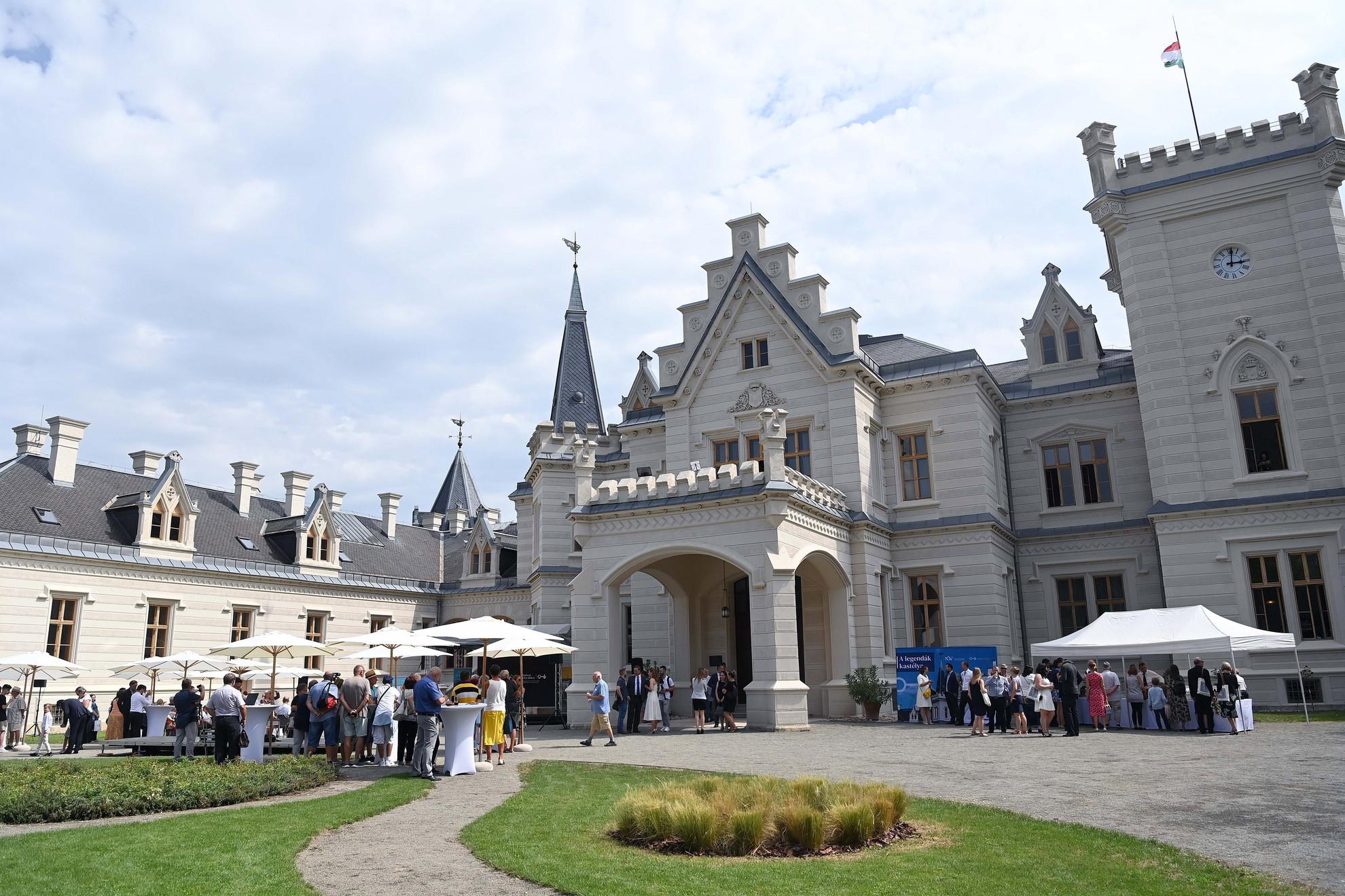 A Nemzeti Kastélyprogram és Nemzeti Várprogram keretében megújult nádasdladányi Nádasdy-kastély az ünnepélyes átadás napján 2021. augusztus 1-jén
