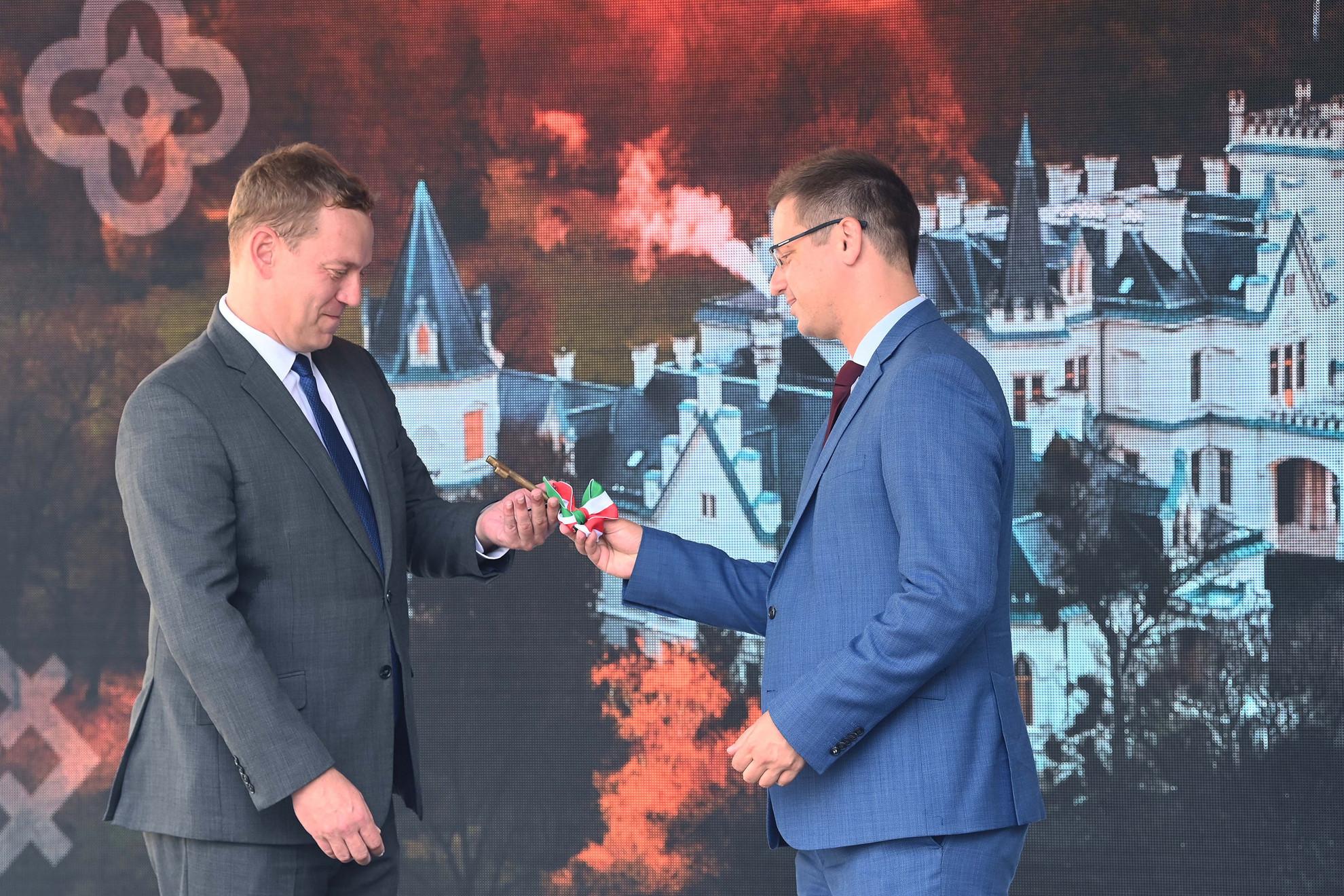 Gulyás Gergely Miniszterelnökséget vezető miniszter (j) átadja a kastély kulcsát Glázer Tamásnak, a Nemzeti Örökségvédelmi Fejlesztési Nonprofit Kft. ügyvezető igazgatójának a Nemzeti Kastélyprogram és Nemzeti Várprogram keretében megújult nádasdladányi Nádasdy-kastély ünnepélyes átadásán 2021. augusztus 1-jén