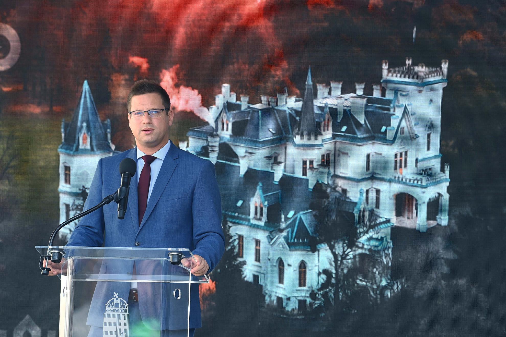 Gulyás Gergely Miniszterelnökséget vezető miniszter beszél a Nemzeti Kastélyprogram és Nemzeti Várprogram keretében megújult nádasdladányi Nádasdy-kastély ünnepélyes átadásán 2021. augusztus 1-jén