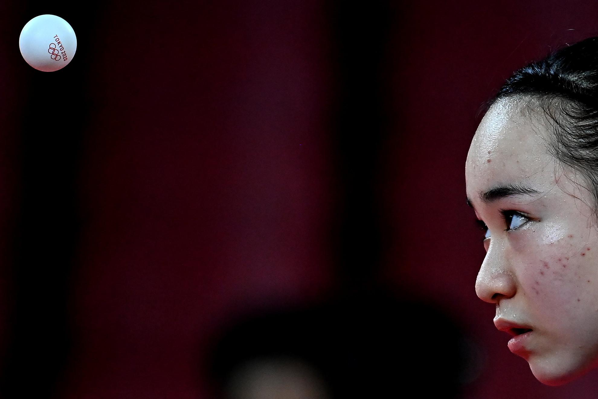 A japán Ito Mima a női asztaliteniszezők nyolcaddöntőjében Madarász Dóra ellen játszott mérkőzésen a világméretű koronavírus-járvány miatt 2021-re halasztott 2020-as tokiói nyári olimpia asztalitenisz-bajnokságon a Fővárosi Sportcsarnokban 2021. július 30-án