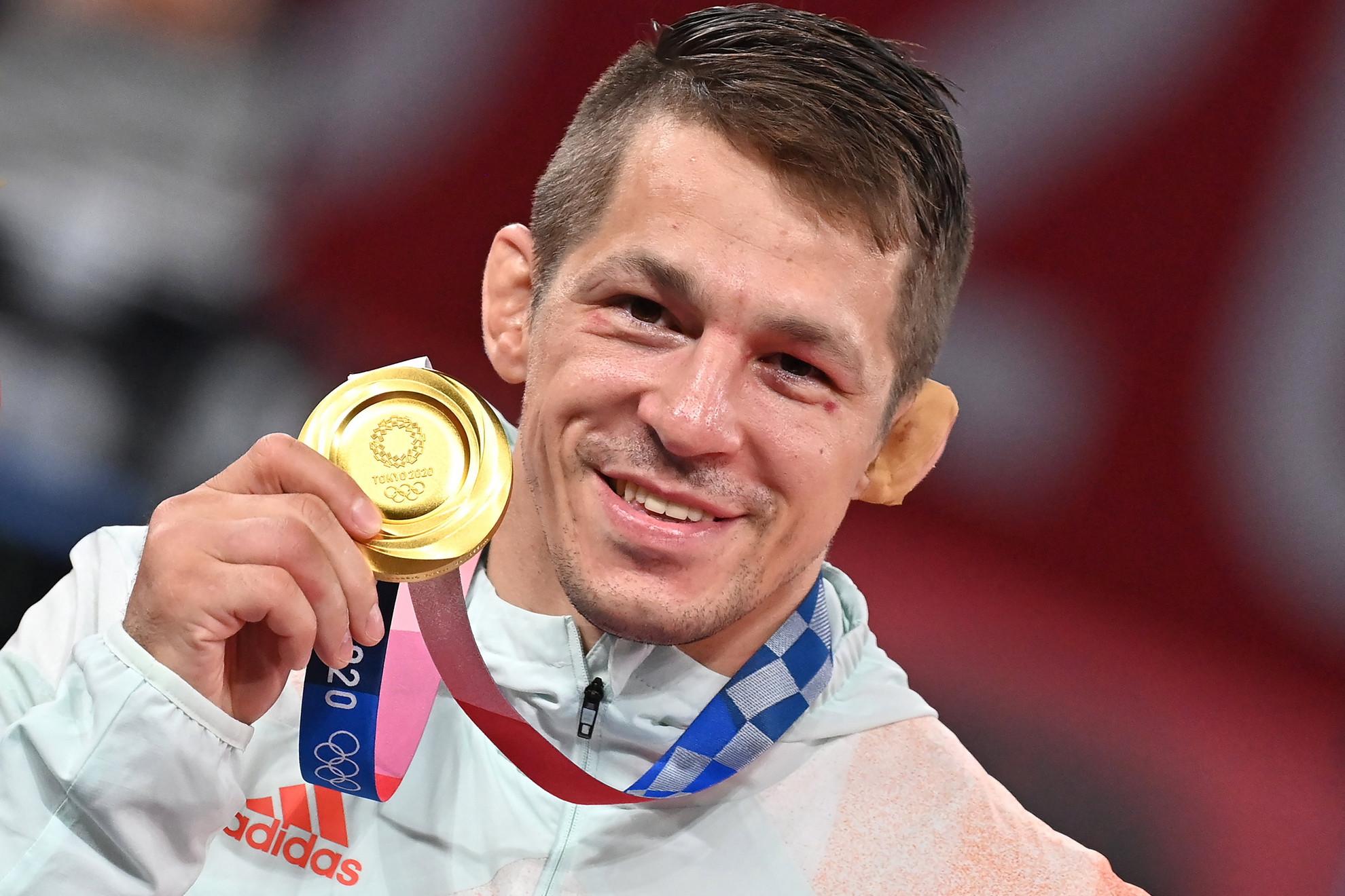 Az aranyérmes Lőrincz Tamás a férfi kötöttfogású birkózók 77 kilogrammos kategóriájának eredményhirdetésén a világméretű koronavírus-járvány miatt 2021-re halasztott 2020-as tokiói nyári olimpián a Makuhari Rendezvényközpontban 2021. augusztus 3-án