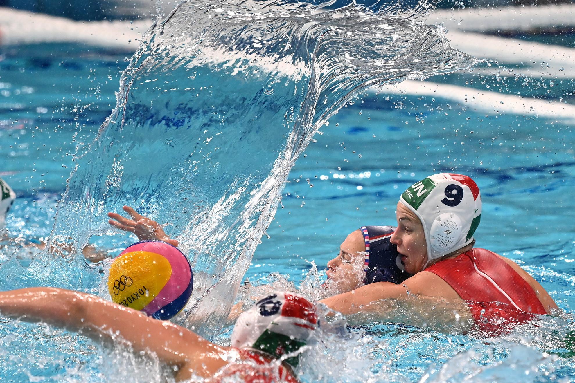 Leimeter Dóra (j) és az orosz Anna Tyimofejeva a világméretű koronavírus-járvány miatt 2021-re halasztott 2020-as tokiói nyári olimpia női vízilabdatornáján a harmadik helyért játszott Magyarország - Orosz Olimpiai Csapat mérkőzésen a Tacumi Vízilabdaközpontban 2021. augusztus 7-én