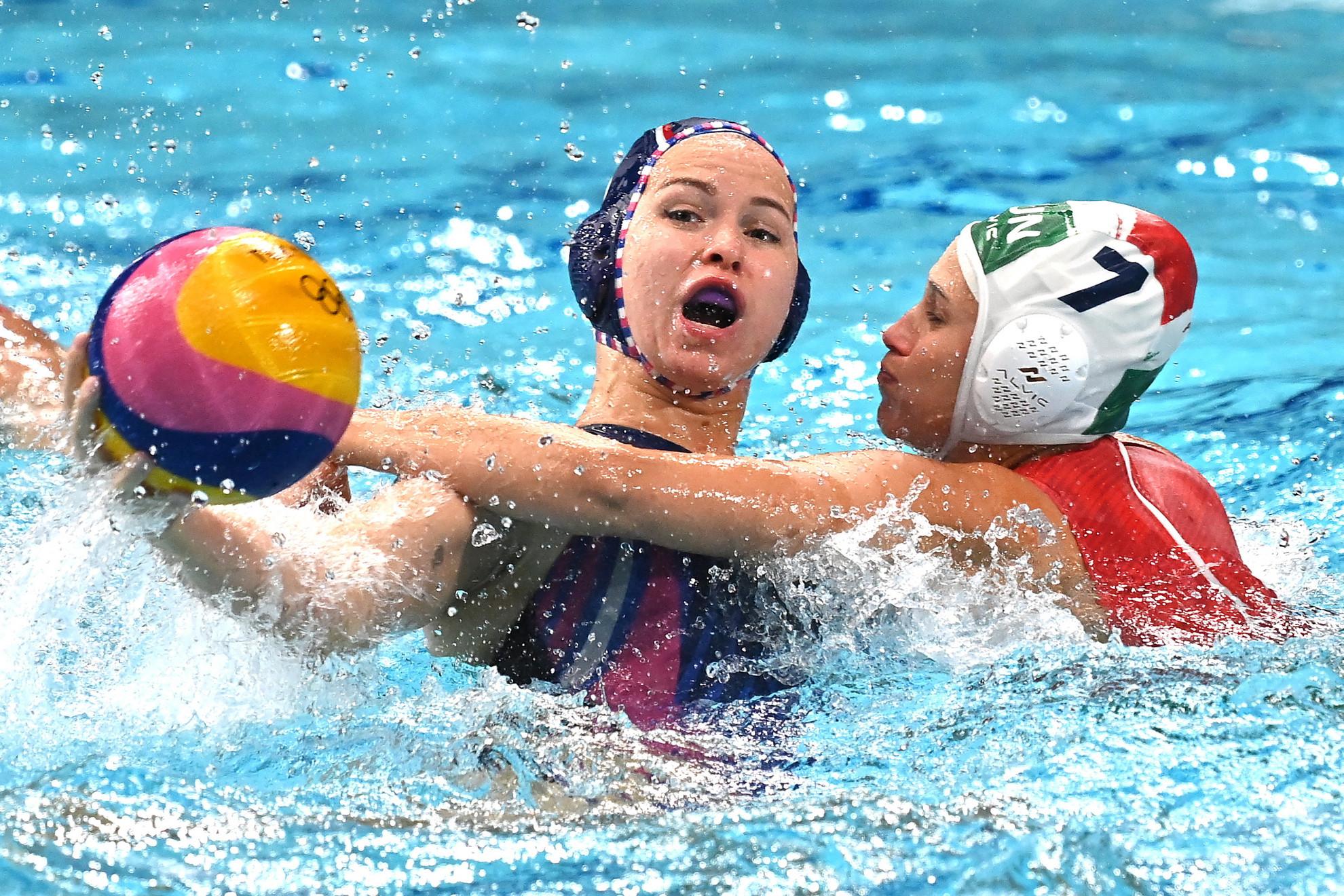 Illés Anna (j) és az orosz Anasztaszija Szimanovics a világméretű koronavírus-járvány miatt 2021-re halasztott 2020-as tokiói nyári olimpia női vízilabdatornáján a harmadik helyért játszott Magyarország - Orosz Olimpiai Csapat mérkőzésen a Tacumi Vízilabdaközpontban 2021. augusztus 7-én